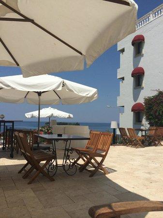 Hotel Carina: Outside dining area