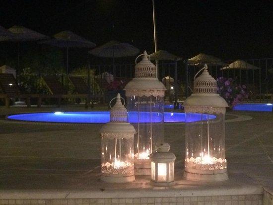 Hotel Carina: Pool at night