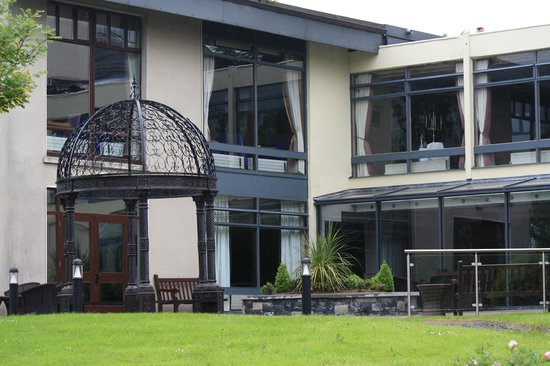 Westport Woods Hotel: view from grounds  of hotel
