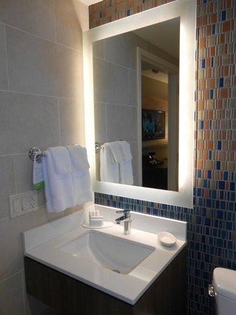 Courtyard New York Manhattan/Chelsea: Bathroom