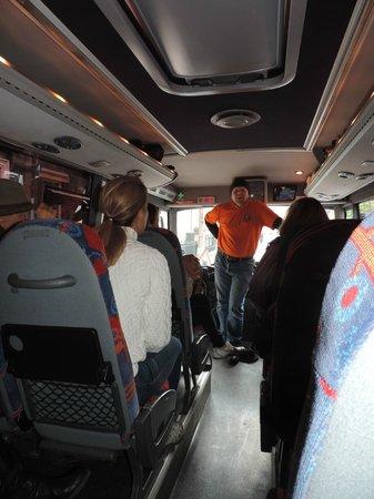 The Hairy Coo - Free Scottish Highlands Tour : Moderner Bus mit Anschnallgurten