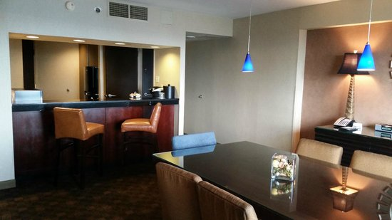Hyatt Regency Louisville: Bar & kitchen