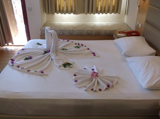Alize Hotel : Bed made on arrival