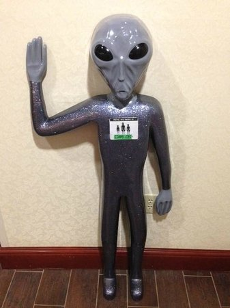 ‪هامبتون إن آند سويتس روزويل: Carlos the alien in the Hampton Inn Roswell Lobby‬