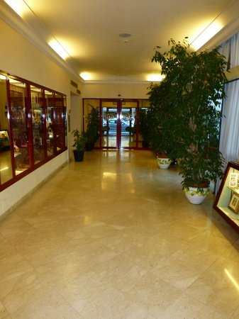 Grand Hotel Adriatico: On the left are high quality goods for sale