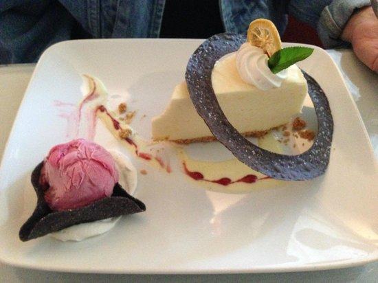 Creek Road Cafe: Lemon Cake with Strawberry Ice Cream