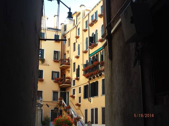Hotel Al Codega: beautiful courtyard from an alleyway