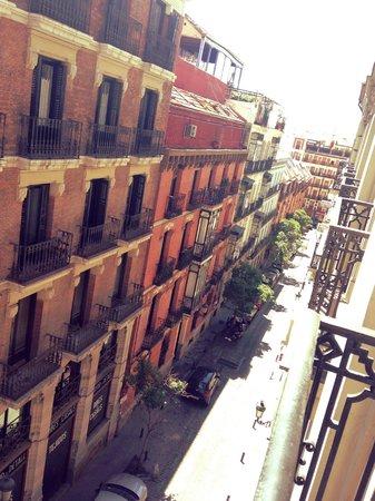 Hostal Atocha Almudena Martin: Utsikt från balkongen (inte calle atocha)