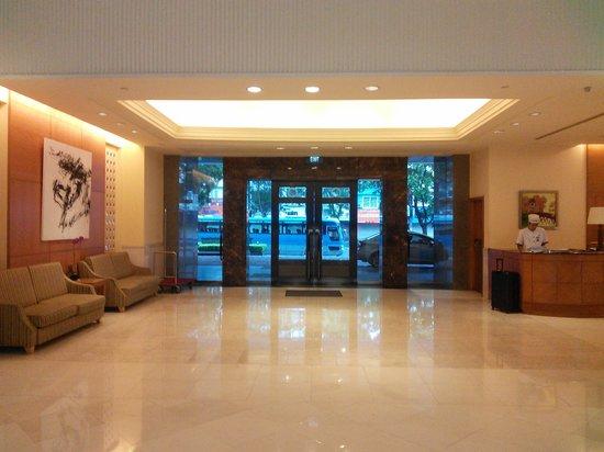 Hotel Nikko Hanoi : ホテル玄関の内側からの撮影