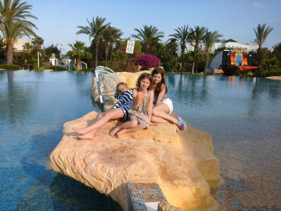 Medina Belisaire & Thalasso: Girls on the Rock