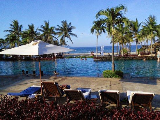 Furama Resort Danang : view of the pool and the beach