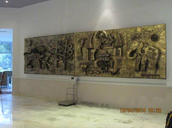 Hotel Chandela: mural hall y báscula para maletas