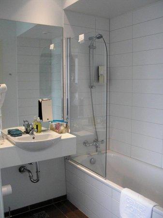 CenterHotel Plaza: The bath (very clean).