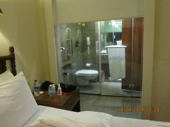 Hotel Chandela: baño desde la habitació