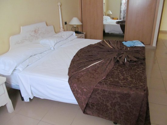 Grand Muthu Golf Plaza Hotel and Spa: bed arranged differant every day
