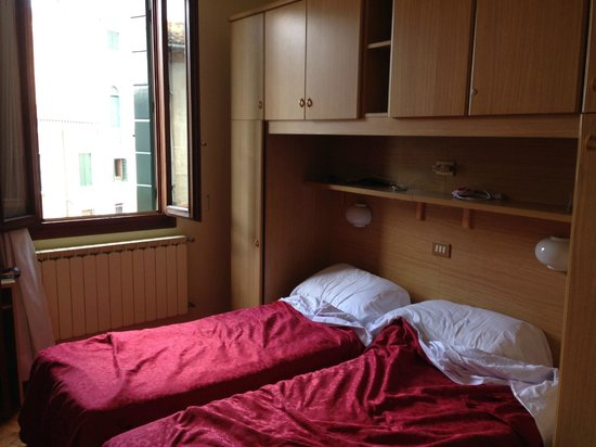 Hotel Dalla Mora: Small, but doable room