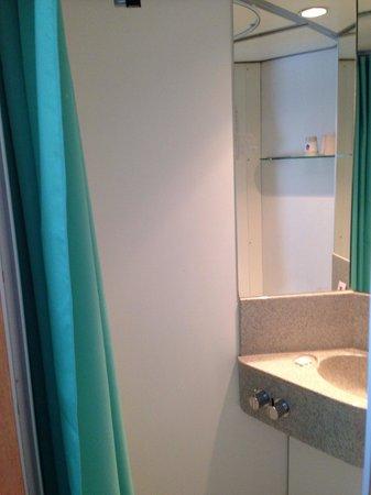 Cabinn Odense: Small bathroom .