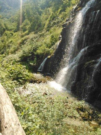 Caposele, Italie: Il fiume nasce dalla montagna