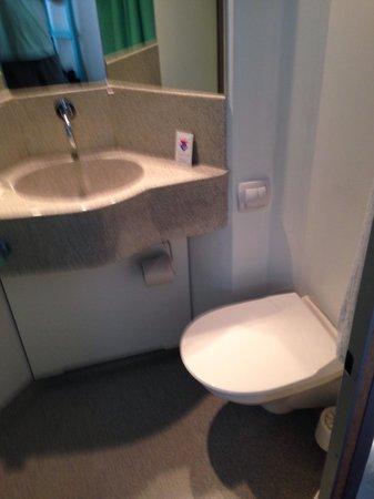 Cabinn Odense: Small bathroom.