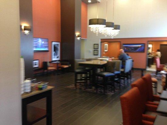 Hampton Inn & Suites Albuquerque North/I-25: Comfortable lounge and dining area