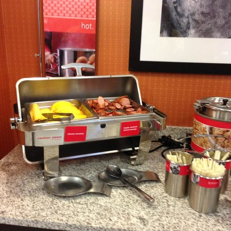 Hampton Inn & Suites Albuquerque North/I-25: Cheese omletes and sausage
