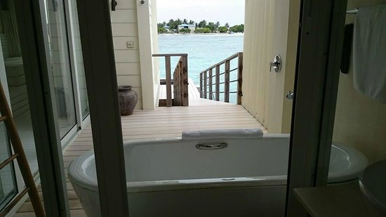 Holiday Inn Resort Kandooma Maldives : Bath tub in the open area & facing this view!
