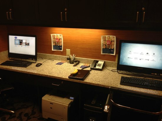 Hampton Inn & Suites Albuquerque North/I-25: Nice business center. FREE PC and printers for boarding passes