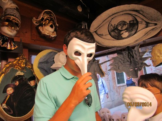 Ca' Macana: Picking out a mask to paint