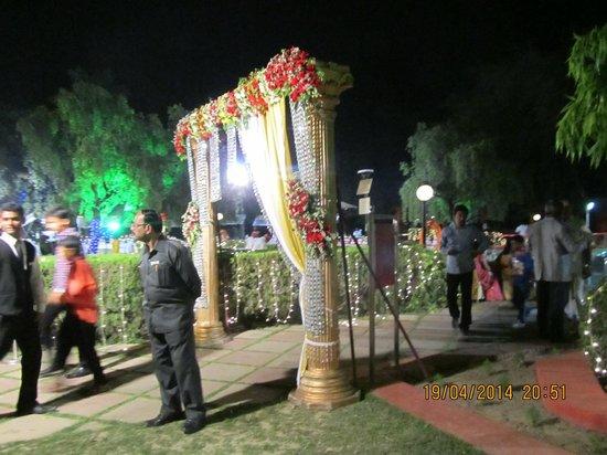The Gateway Hotel Ganges Varanasi : boda en el jardín