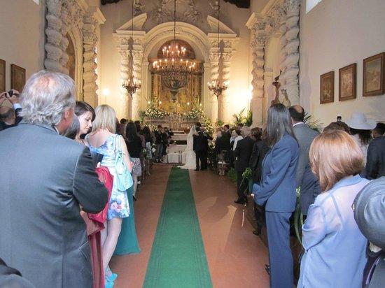 Bröllop inne i en av de kyrkor som ligger utmed Corso Umberto.