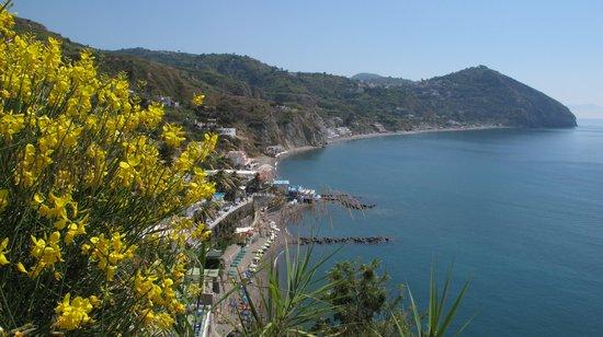 Tre Sorelle : sullo sfondo la spiaggia Maronti