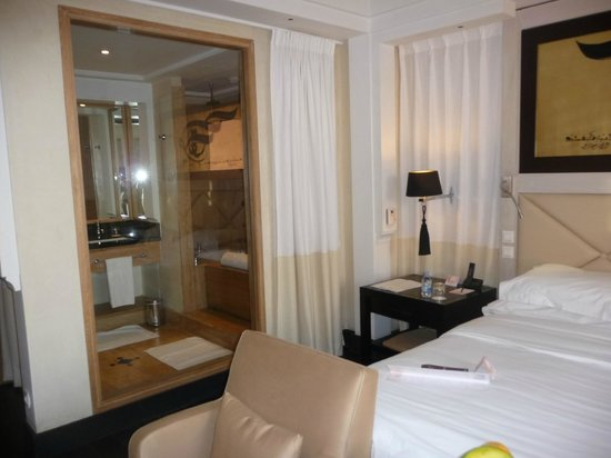 vue sur la salle de bain partir de votre chambre avec s paration par un rideau picture of. Black Bedroom Furniture Sets. Home Design Ideas