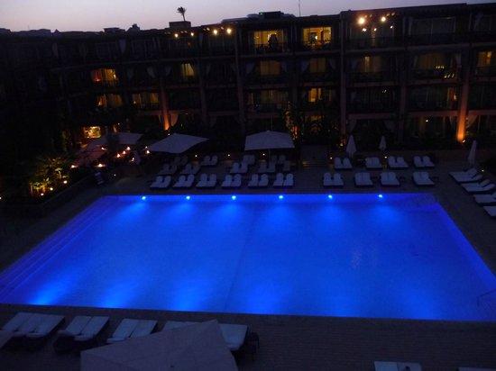 Hôtel & Ryads Barrière Le Naoura Marrakech : vue de notre chambre sur la piscine à la tombée de la nuit