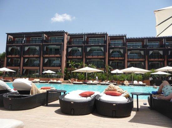 Hôtel & Ryads Barrière Le Naoura Marrakech : suites qui donnent toutes sur la piscine