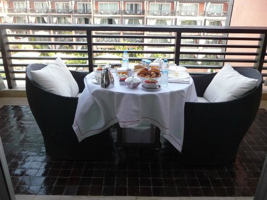 Hôtel & Ryads Barrière Le Naoura Marrakech : la table du petit déjeuner sur la terrasse de notre suite