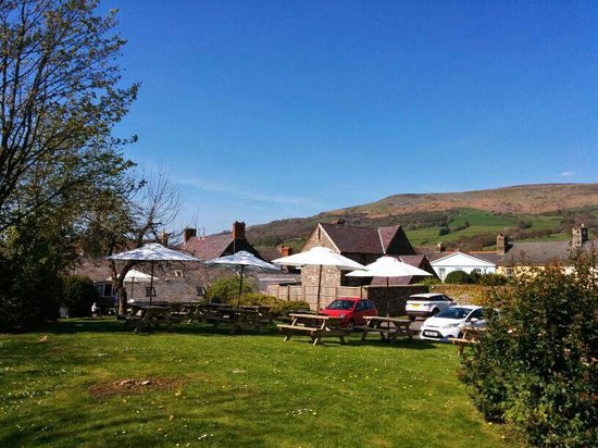 Dragon Inn Crickhowell: Lovely garden, a real sun trap