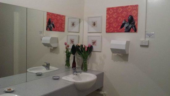 Alabama Hotel Hobart: fresh tulip in bathroom