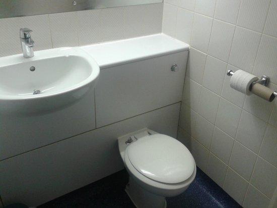 Travelodge Yeovil Podimore : sink/toilet area