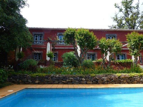 Quinta das Vinhas : La maison principale et la piscine côté chambres