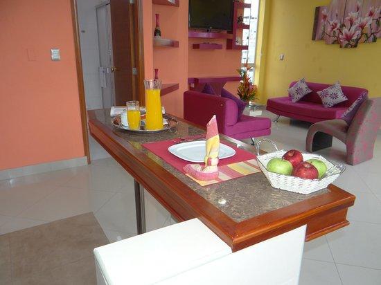 Delfin Amazonico Suites: Kitchenette con mesa isla para 4 personas.