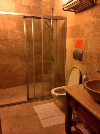 Safran Cave Hotel: The family bathroom!