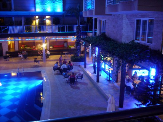 Tac Premier Hotel and Spa: pool area at night