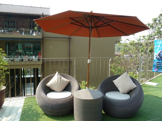 Sunsuri Phuket: Seats at the swimming pool