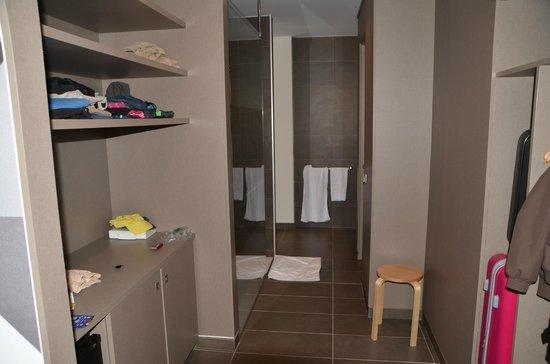 Aqua Hotel Aquamarina & Spa: Le coin couchage se trouve à gauche, derriere la douche