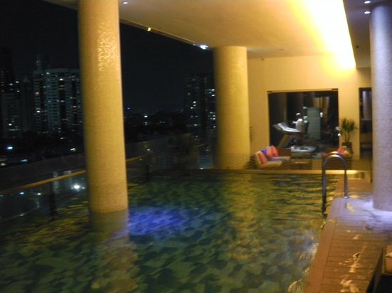 The Quincy Hotel by Far East Hospitality: Swimming Pool at night.