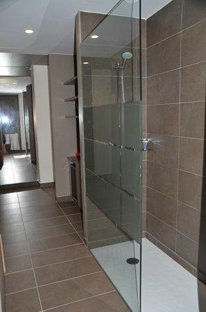 Aqua Hotel Aquamarina & Spa: Couloir avec douche italienne à droite