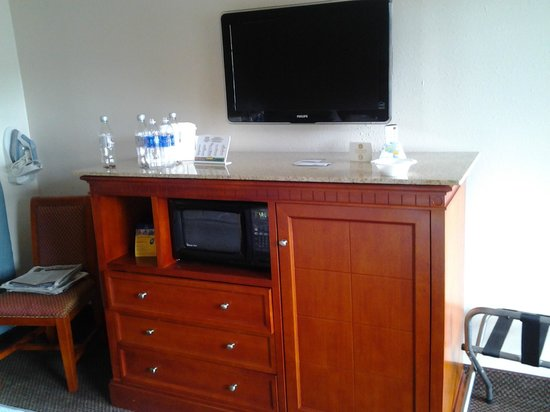 Rodeway Inn & Suites: flat screen and easy to reach microwave