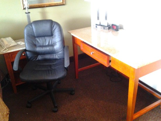 Rodeway Inn & Suites : granite desk and leather office chair in room was nice