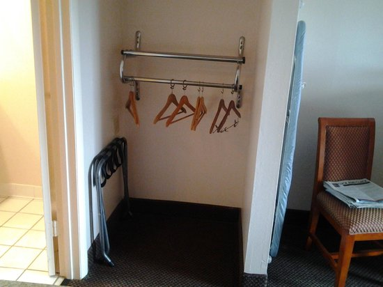 Rodeway Inn & Suites : closet bar is low
