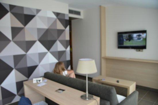 Aqua Hotel Aquamarina & Spa: Vue du coin salon depuis le coin couchage